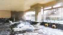 *【風呂(大浴場・男性)】贅沢に使用された天然記念物の三波石の岩風呂。