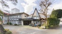 *【外観】 群馬県と埼玉県の県境を流れる神流川のほとりにある自然に囲まれた八塩館