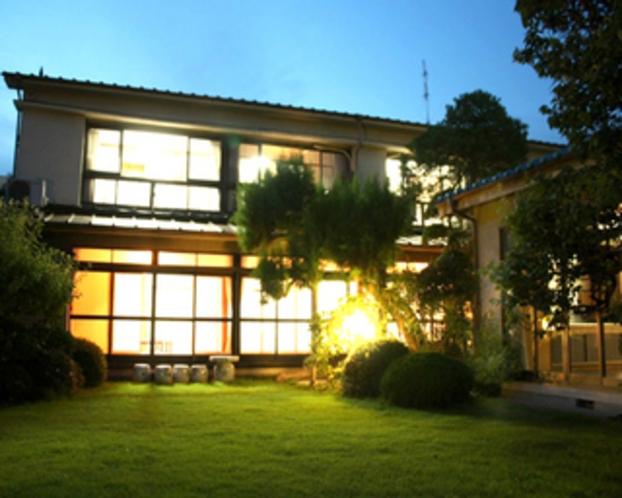 日本庭園からの夜の当館