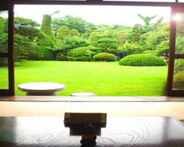お食事処から見える日本庭園