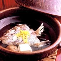 【天然鯛かぶとの酒蒸し】蓋を開けるとユズとだしのよい香りが…、食欲をそそります