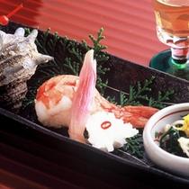 【前菜一例】お食事は、食前酒と旬の食材を使った前菜盛り合わせからスタート