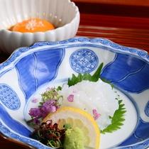 【夕食オプション『ミニイカ丼』】:お刺身としても召し上がっていただけます。