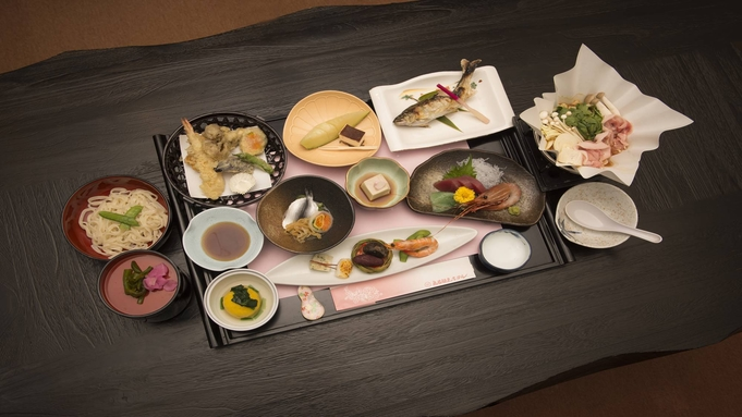 お部屋食で7,700円〜!上州名物三波石の岩風呂は24時間入浴OK【2食付】