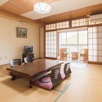 *【部屋(和室10畳)】ご家族で過ごすには丁度良い大きさのお部屋となっております。