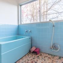 *【部屋(和室10畳バストイレ付き)】ゆったり広々としたバスルーム。