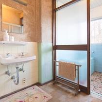 *【部屋(和室10畳バストイレ付き)】使い勝手の良い独立した洗面台がございます。