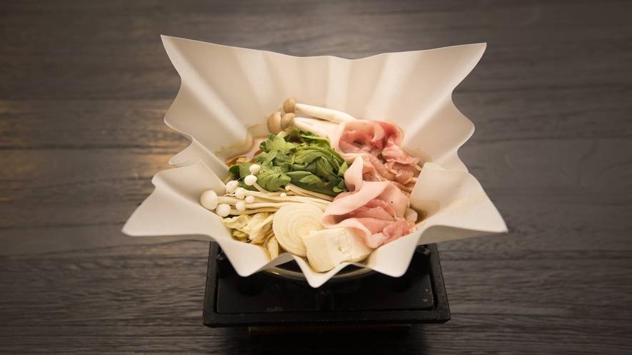 *【夕食一例】地元で採れた新鮮野菜を使用した鍋料理。