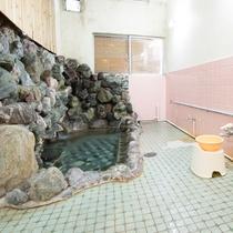 *【温泉(大浴場・女性)】浴槽は野趣あふれる三波石でつくられています。