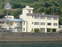 下田駅よりタクシー3分、稲生沢川沿いにたたずむアクセス便利な宿