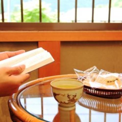 【お部屋でお茶を】奥飛騨の自然を眺めながらゆっくりおくつろぎ下さい。