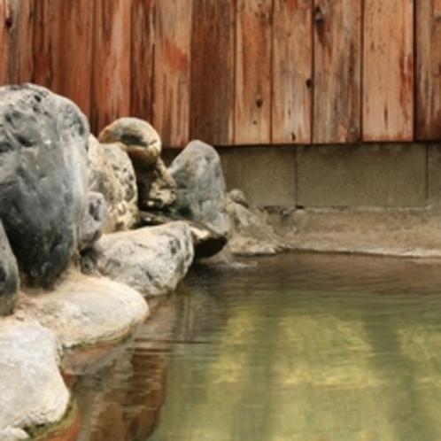 【男湯】天然素材満点の内湯。掛け流し温泉は焼岳の恵みです。