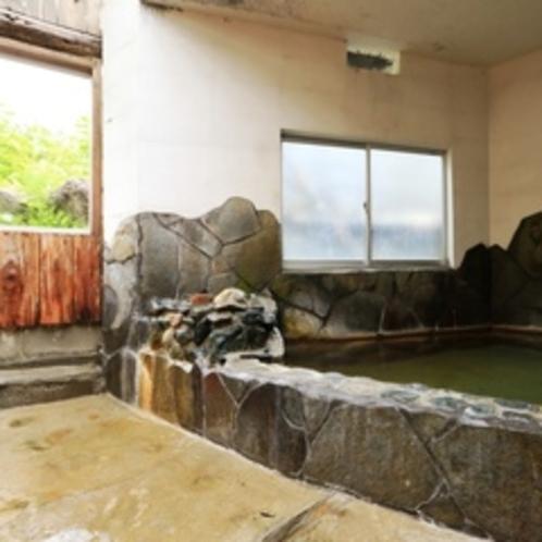 【女湯】天然素材満点の内湯。掛け流し温泉は焼岳の恵みです。