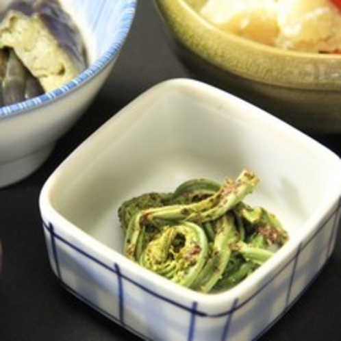 【朝食一例】山里ならではの山菜料理。