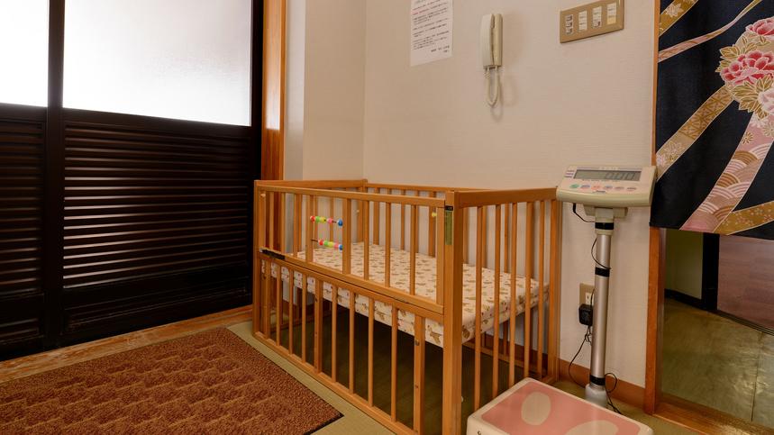 *【脱衣所(弥彦見の湯)】小さなお子さま連れの方も安心のベビーベッド完備。ご自由にご利用ください。