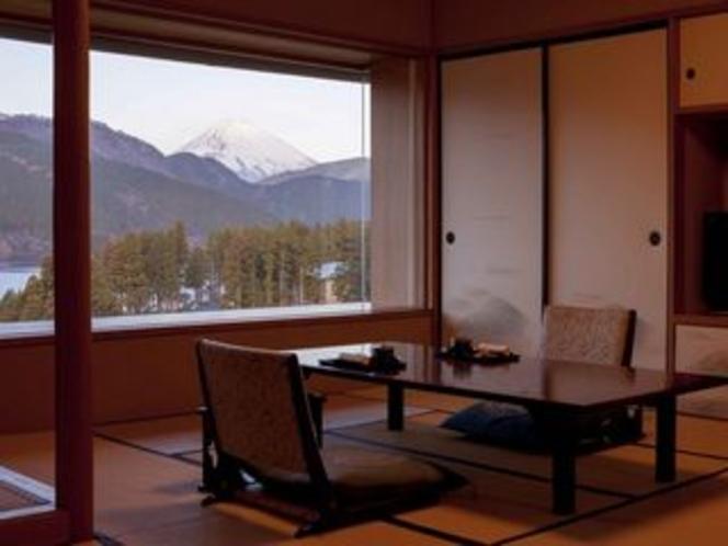 特別室 一枚ガラスから望む富士山