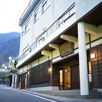*【外観】当館は身延山久遠寺に一番近い旅館です。