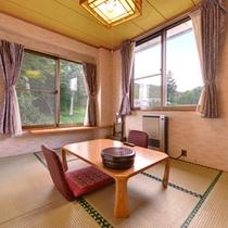 *和室6〜10畳(山側)/畳の薫り、芳しい木の香。和の情緒あふれるお部屋で安らぎの時間をお過ごし下さい。