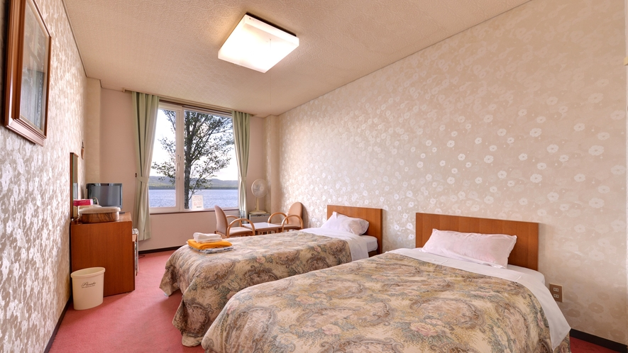 """*【洋室ツイン】日本最大のカルデラ湖""""屈斜路湖""""を望む客室。清潔に設えたベッドルームで安眠の夜を。"""
