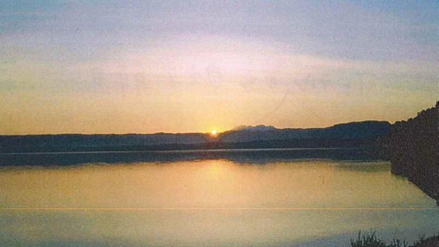 *【部屋からのぞむ朝日】屈斜路湖に面した当館のお部屋からは、幻想的な朝日をのぞむことができます。