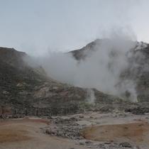 *【周辺観光施設】地球の心音が吹き上げる硫黄山。独特な匂いと、あたり一面灰色の地面な異様な景観。