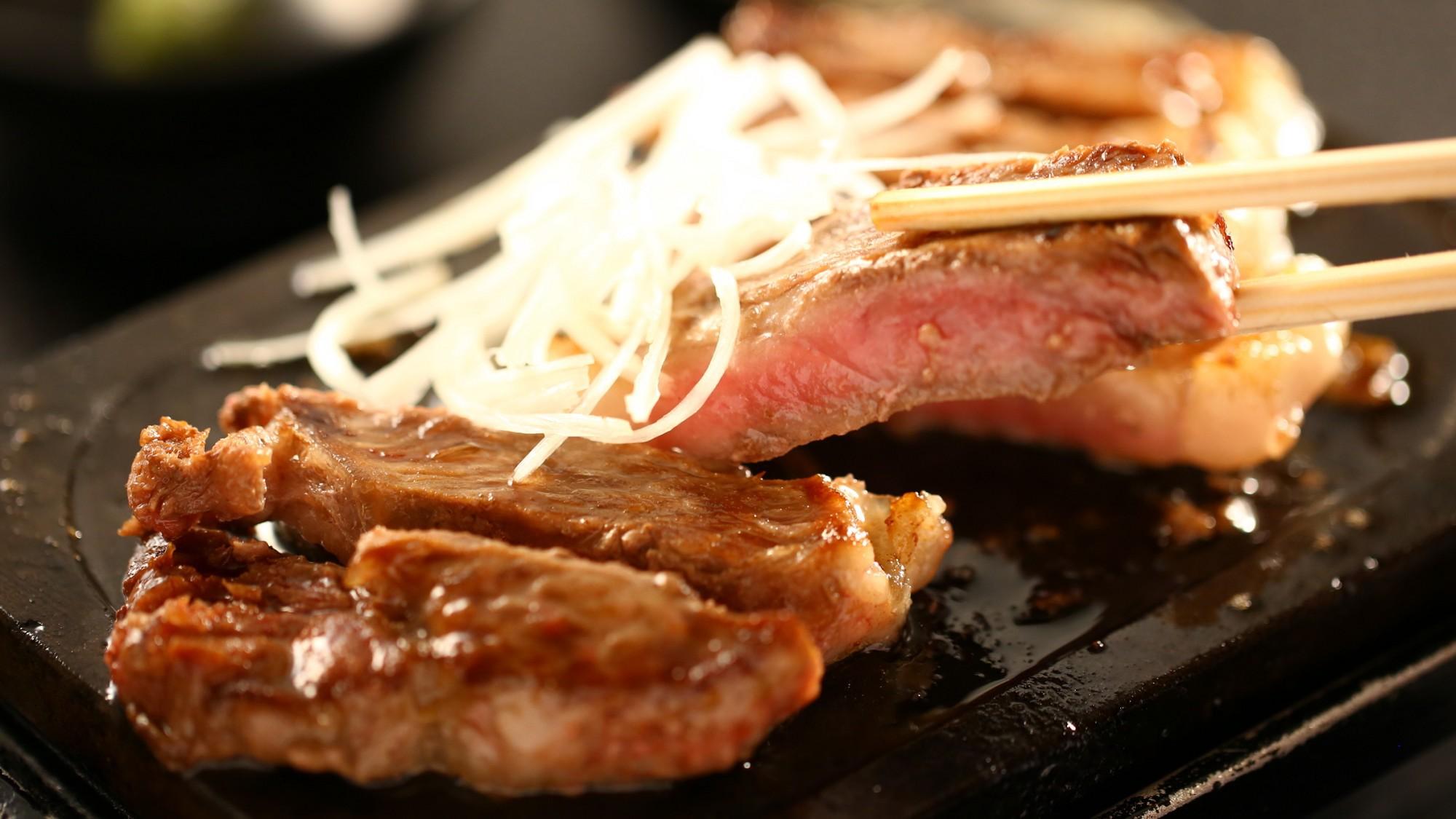 ステーキには白髪ねぎを添えて。刻みわさびやおろし醤油でお召し上がりください。
