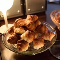 地元で人気のパン屋さんから毎朝配達できたてパン!