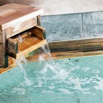 【温泉】源泉は、効能豊かな 60℃以上の弱アルカリ性の塩化物泉。