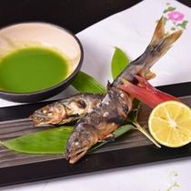 *お夕食一例(焼物)/錦川で獲れた天然鮎の塩焼き。酢橘をつけてお召し上がり下さい。