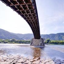 *錦帯橋は5つの木造の橋が連なる、世界的にもたいへん希な構造です。美しい技術の結晶をご覧下さい。