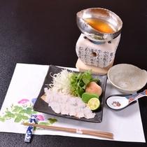 *お夕食一例(炊合せ)/絶品鱧鍋!お出汁にサッとくぐらせ、酢橘をキュッと絞ってお召し上がり下さい。