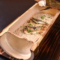 *お夕食一例(ご飯)/青竹に天然物の鮎をご飯にのせて直焚きに。ふっくら香ばしい薫りが食欲をそそります。