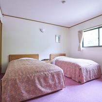 西館和洋室の寝室(シングルとセミダブル)