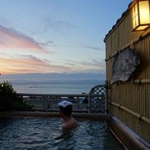 *【展望露天風呂】目の前の橘湾の景色は夕日以外も格別です♪