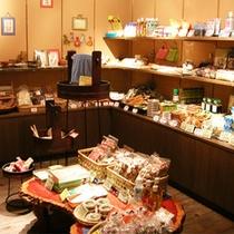 *お土産コーナー/館内には、かわいらしい民芸品が並ぶ売店があります♪