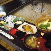 *朝食一例/朝食も囲炉裏でご用意致します。炊き立てのご飯と味噌汁、焼き魚に湯豆腐をどうぞ♪