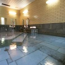 *川の湯/内風呂のみの大浴場。船原川のせせらぎをBGMに、自家源泉の良質なお湯に浸かりリラックス。
