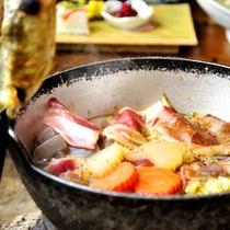 *夕食一例/冬季限定「しし鍋」。地元で獲れたものを使う、この土地ならではの郷土料理です。