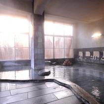 *山の湯/内風呂大浴場。健康増進・癒しを提供する「かかりつけ湯」に指定される良質な温泉。