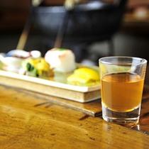 *夕食一例/食前酒の甘くて飲みやすい梅酒です。