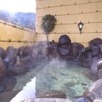 *山の湯/天城の自然に囲まれた露天風呂。開放感の中、源泉かけ流しの天然温泉を堪能。