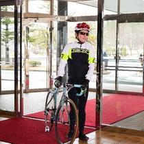 ロードバイクを押しながらの入館ももちろんOK。