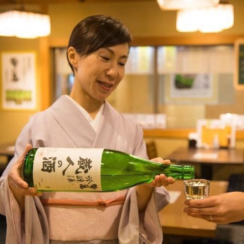【居酒屋味のれん】利き酒師の資格を持つ女将。おすすめのお酒についてぜひ聞いてみてください。