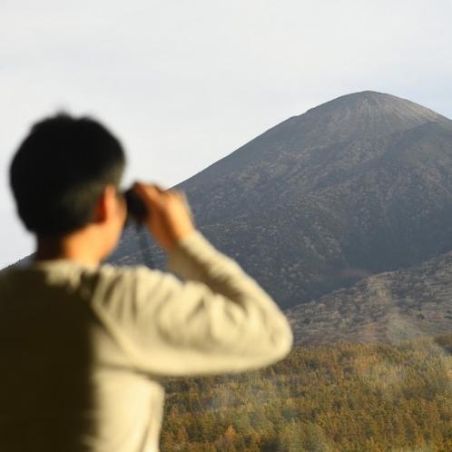 【展望ロビー】岩手山をとことん観察♪双眼鏡をどうぞご利用ください。