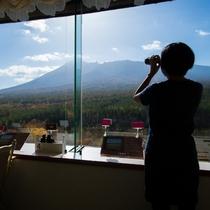 【展望ロビー】双眼鏡に望遠鏡。岩手山の観察にご利用ください。