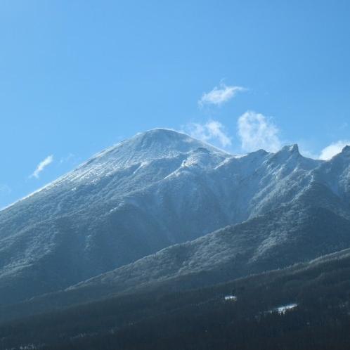 【展望ロビーからの眺め】透き通った青空と冬の岩手山