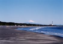 静波海岸と富士山