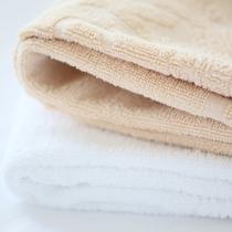 【色違いタオル】2名の客室には、タオルを見分けられるように白・茶の2色ご用意しております。