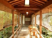 旅館と茶寮清泉亭(お食事処)をつなぐ渡り廊下