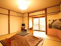 【蘭の間】和室7.5畳 冬期はこたつでお出迎えします。